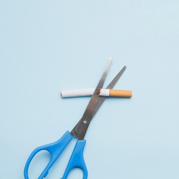 Antismoking-konzept mit zigarette und schere auf farbigem hintergrund Kostenlose Fotos