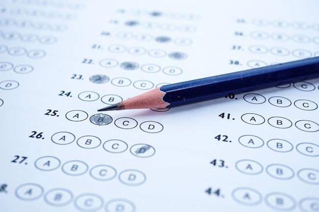 Antwortblätter mit bleistiftzeichnung füllen, um die auswahl zu treffen Premium Fotos