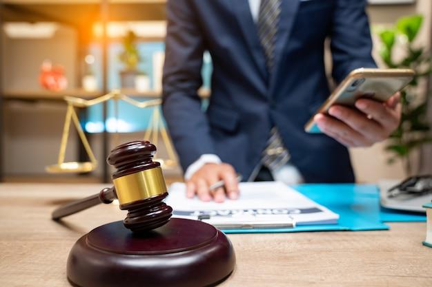 Anwälte der justiz haben eine teambesprechung in der anwaltskanzlei. Premium Fotos
