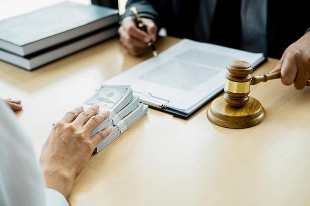 Anwalt geschäftsmann in anzug versteckt geld. ein bestechungsgeld in form von dollarnoten. Premium Fotos