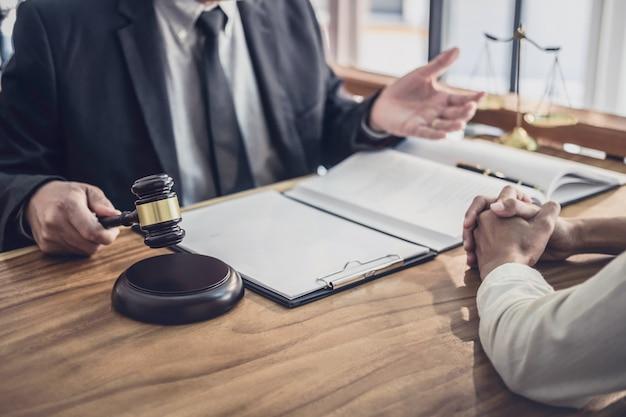 Anwalt oder richter konsultieren mit teambesprechung mit geschäftsfrau client Premium Fotos