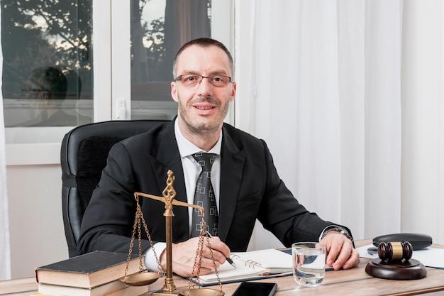 Anwalt sitzt Kostenlose Fotos
