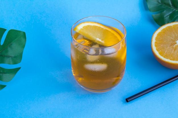 Aperol spritz cocktail im glas auf der blauen oberfläche Premium Fotos
