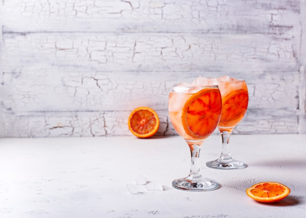 Aperol spritz, italienisches cocktail mit orange Premium Fotos