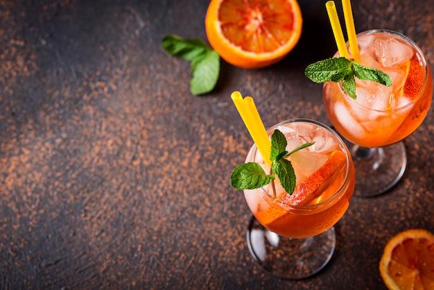 Aperol spritz, italienisches cocktail mit orange Premium Fotos