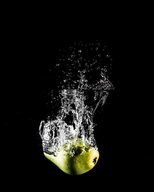 Apfel stürzt ins wasser Kostenlose Fotos