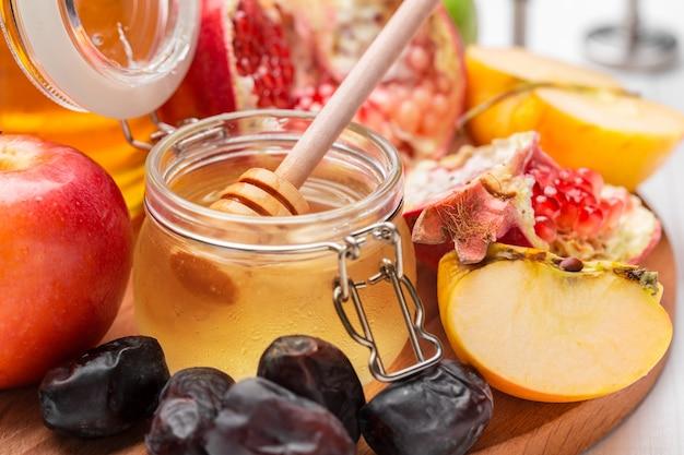 Apfel und honig, traditionelles essen des jüdischen neujahrs - rosh hashana. Premium Fotos