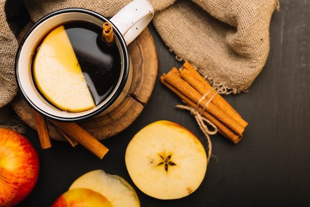 Apfel und zimt in der nähe von stoff und gewürzgetränk Kostenlose Fotos