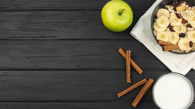 Apfel und zimt mit einer schüssel haferflocken mit bananenscheiben Kostenlose Fotos