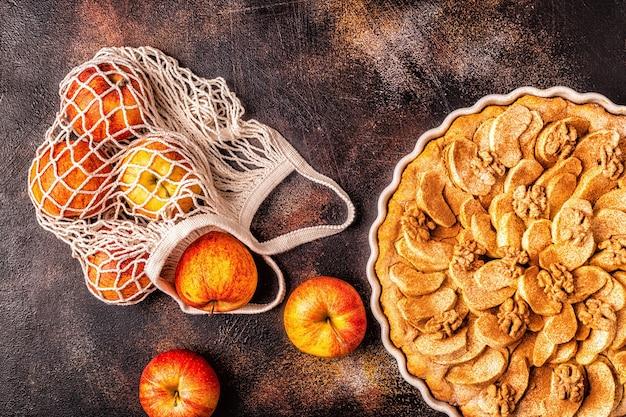 Apfelkuchen mit walnüssen und zimt Premium Fotos