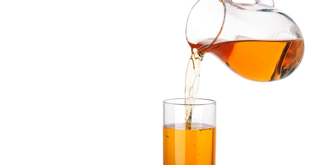 Apfelsaft, der aus krug in das glas, getrennt auf weiß gießt Premium Fotos