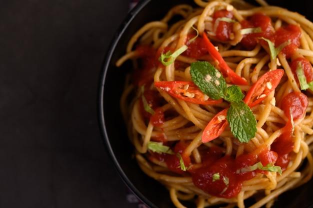 Appetitanregende italienische teigwaren der spaghettis mit tomatensauce Kostenlose Fotos