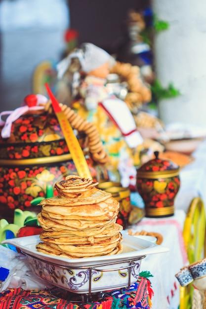 Appetitliche pfannkuchen für die gäste auf dem tisch bei fastnacht Premium Fotos