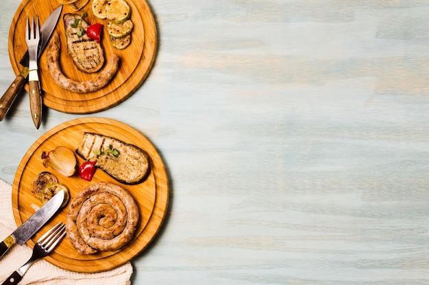 Appetitliche portionen garnierter grillspiralwürste Kostenlose Fotos