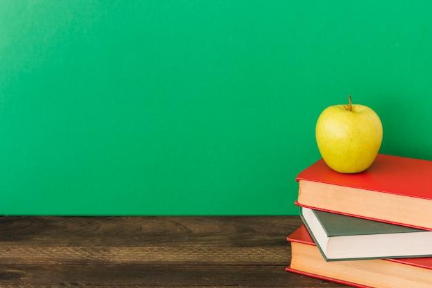 Apple, der auf lehrbüchern liegt Kostenlose Fotos