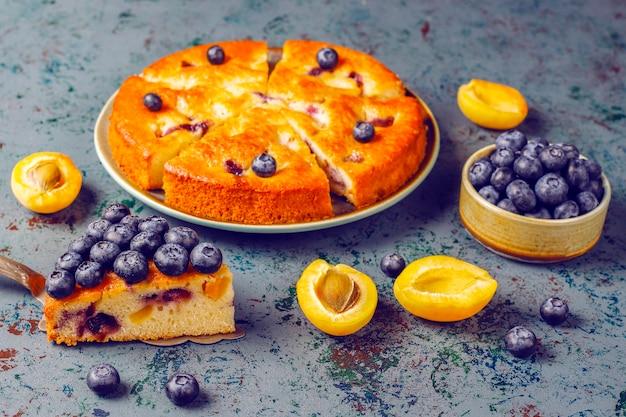 Aprikosen-heidelbeer-kuchen mit frischen blaubeeren und aprikosenfrüchten. Kostenlose Fotos