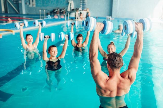 Aqua-aerobic, gesunder lebensstil, wassersport, hallenbad, freizeit Premium Fotos