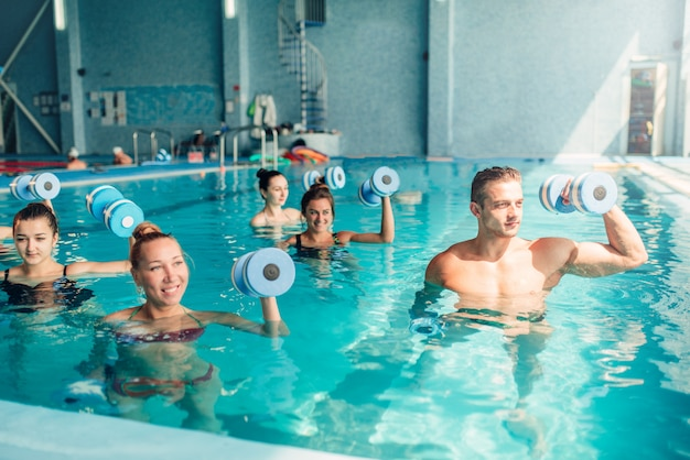 Aqua aerobic, gesunder lebensstil, wassersport Premium Fotos