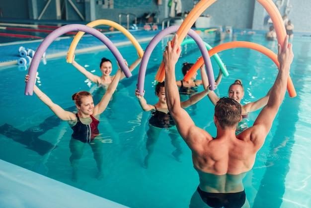 Aqua-aerobic, gesunder wassersport, hallenbad, freizeit Premium Fotos