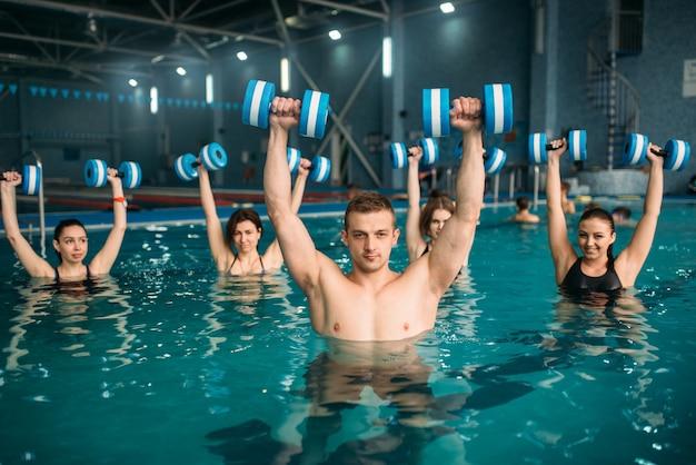Aqua aerobic gruppe, übung mit hanteln Premium Fotos