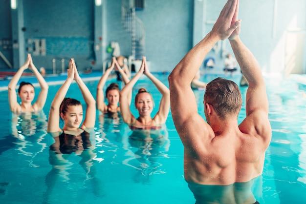 Aqua aerobic im wassersportzentrum, hallenbad, freizeit Premium Fotos