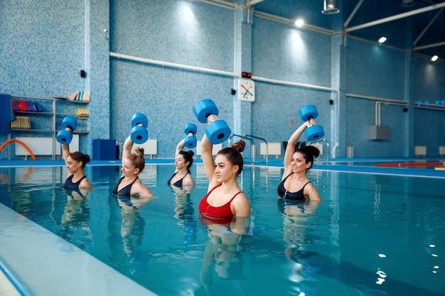 Aqua aerobic, übung mit hanteln im pool Premium Fotos