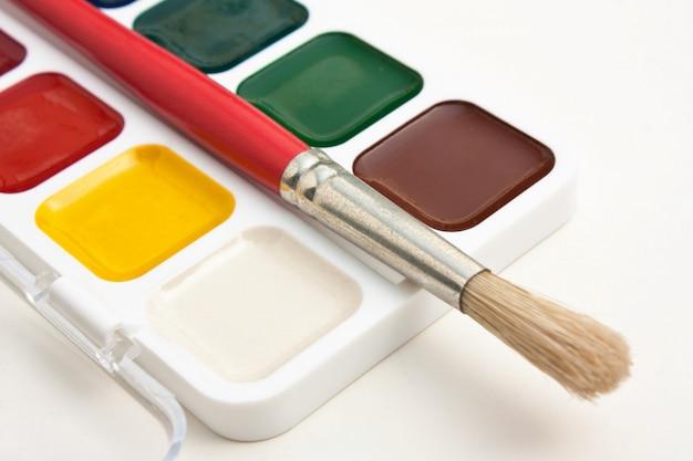 Aquarellfarben und pinsel Premium Fotos