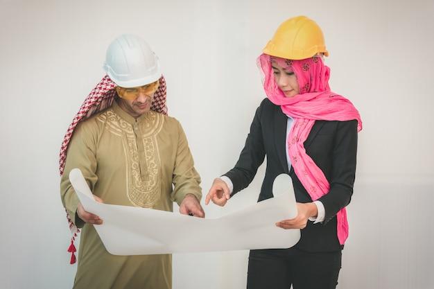 Arabische architekten planen neues projekt Premium Fotos