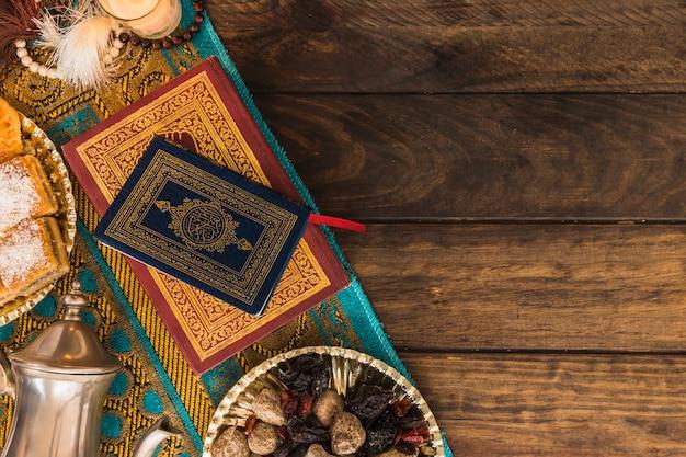 Arabische bücher in der nähe von topf und süßigkeiten Kostenlose Fotos