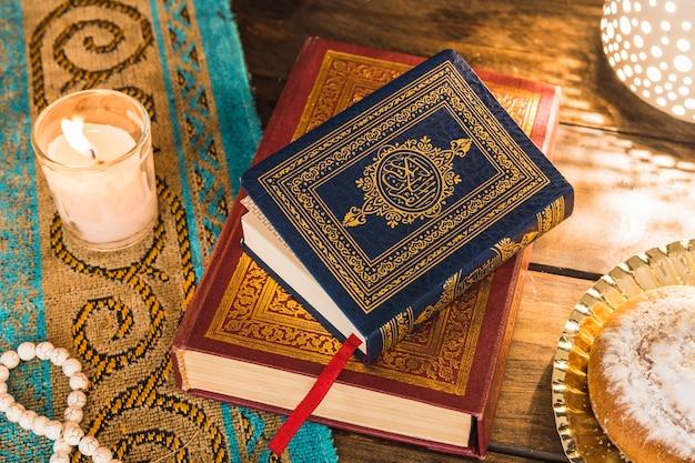 Arabische bücher zwischen kerze und brötchen Kostenlose Fotos