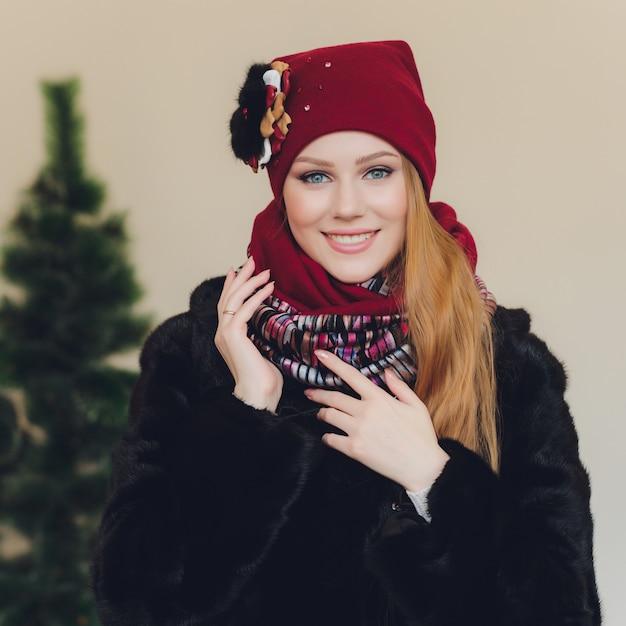 Arabische dame, die rote wollmütze trägt Premium Fotos