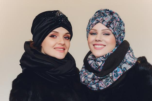 Arabische damen mit wollmütze Premium Fotos