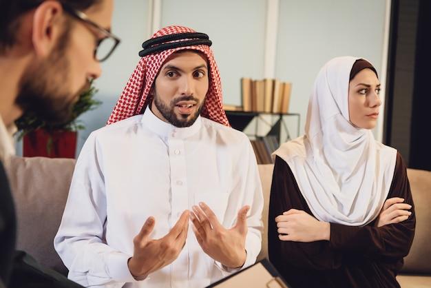 Arabische frau an der rezeption auf ehemann resent Premium Fotos