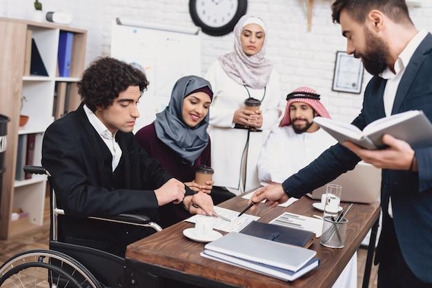 Arabische leute besprechen die dokumente, die im büro sich treffen. Premium Fotos