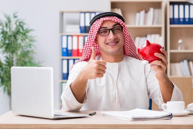 Arabischer geschäftsmann, der im büro arbeitet Premium Fotos
