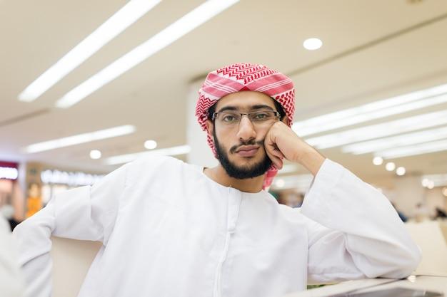 Arabischer junger gelangweilter mann Premium Fotos