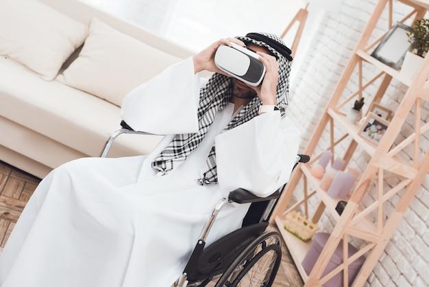 Arabischer mann in einem rollstuhl mit glasess virtuellem wirklich. Premium Fotos
