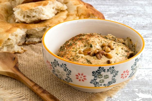Arabischer snack von kichererbsen hummus mit brot. Premium Fotos