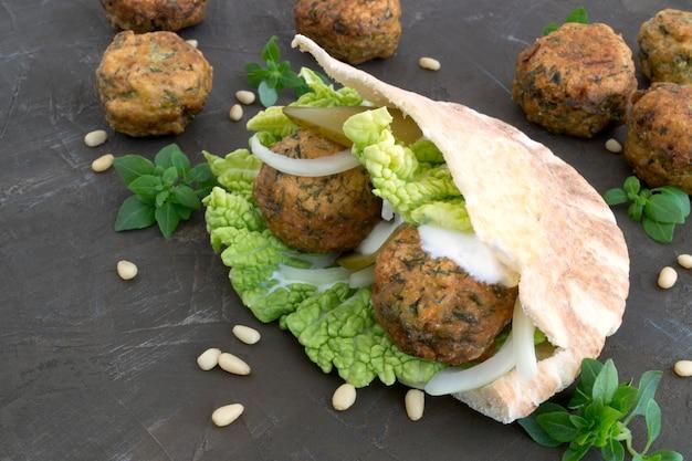 Arabisches essen. falafel auf grauem hintergrund. Premium Fotos