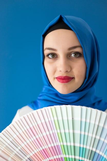 Arabisches moslemisches mädchen mit malerei färbt muster Premium Fotos