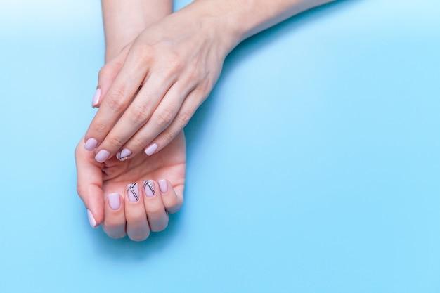 Arbeiten sie handkunstfrauen, hand mit hellem kontrastmake-up und schönen nägeln, handpflege um. Premium Fotos