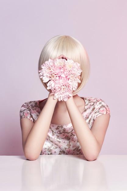 Arbeiten sie kunstporträtfrau im sommerkleid und in den blumen in ihrer hand um Premium Fotos