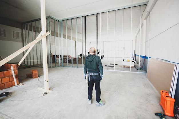 Arbeiter baut eine gipskartonwand Premium Fotos