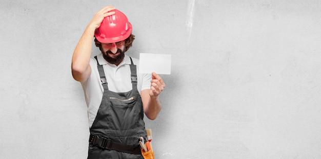 Arbeiter des jungen mannes mit einem plakat Premium Fotos