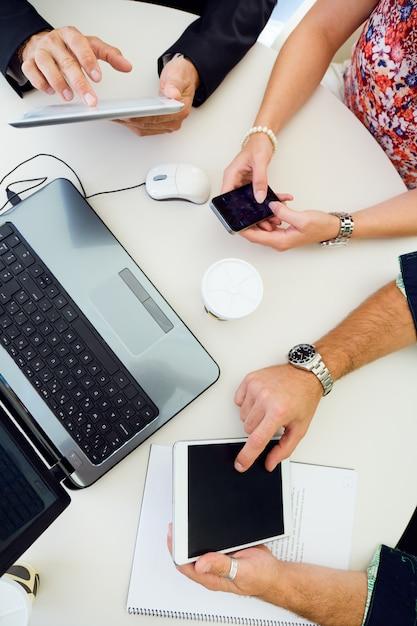 Arbeiter Geräte am Arbeitsplatz mit Kostenlose Fotos