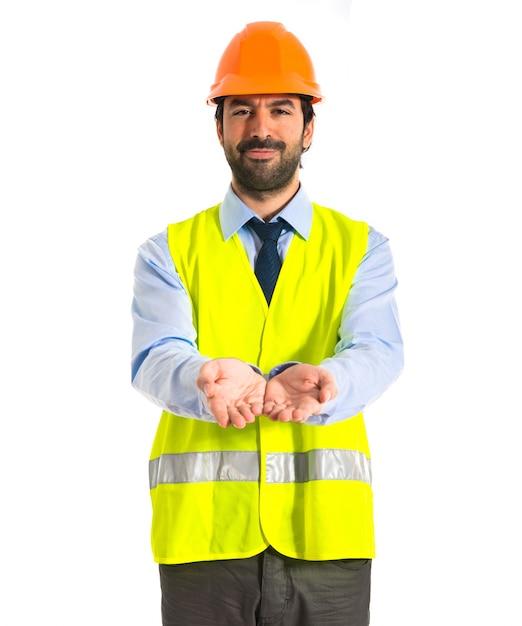 Arbeiter hält etwas über weißem hintergrund Kostenlose Fotos