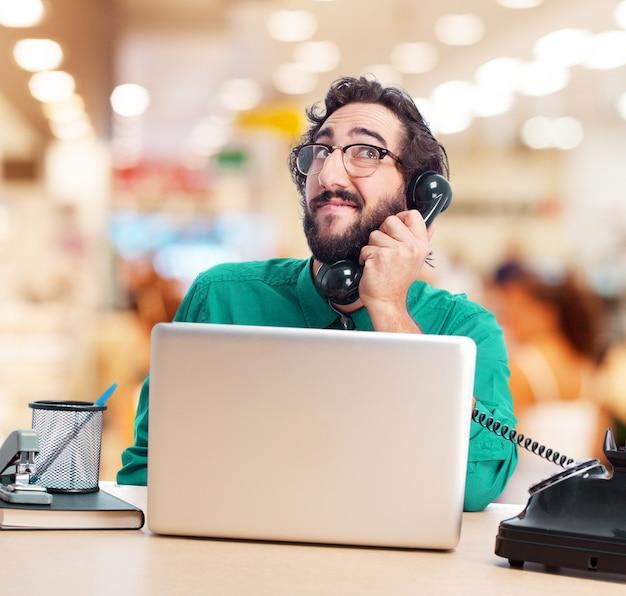 Arbeiter im Gespräch am Telefon beim Nachschlagen Kostenlose Fotos