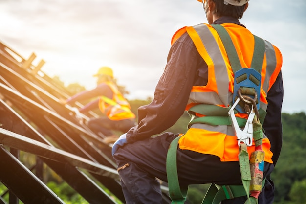Arbeiter mit haken für sicherheitsgurt Premium Fotos