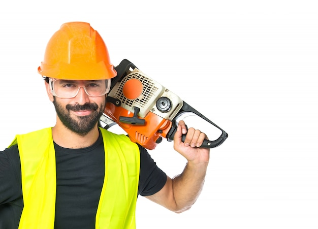 Arbeiter mit kettensäge auf weißem hintergrund Kostenlose Fotos