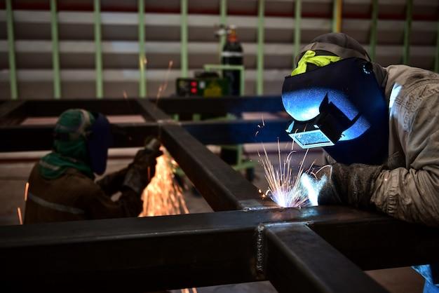 Arbeiter mit schutzmaske schweißen metall Premium Fotos
